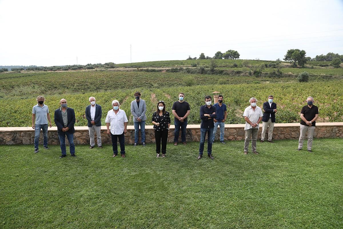 D'esquerra a dreta: Joan Soler (DO Pla de Bages), Salustià Álvarez (DOQ Priorat), Salvador Puig (INCAVI), Quim Batlle (DO Alella), Joan Arrufí (DO Terra Alta), Pilar Just (DO Montsant), Bernat Andreu (DO Conca de Barberà), Tomàs Cusiné (DO Costers del Segre), Vicenç Ferre (DO Tarragona), Joan Huguet (DO Penedès), Xavier Pié (DO Catalunya) i Xavier Albertí (DO Empordà)